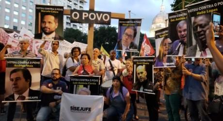 Ato em defesa da Educação e contra a Reforma da Previdência leva 40 mil às ruas do Centro do Rio