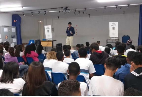 """Servidores do TRE-RJ participam como voluntários do projeto """"Eleitor do Futuro"""", que realiza palestras sobre cidadania em escolas do estado"""