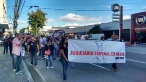 Servidores mostram a revolta com a proposta do governo na passeata de Caxias