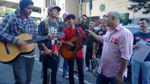 """Jovens pedem para cantar """"Que País É Esse"""" na passeata"""