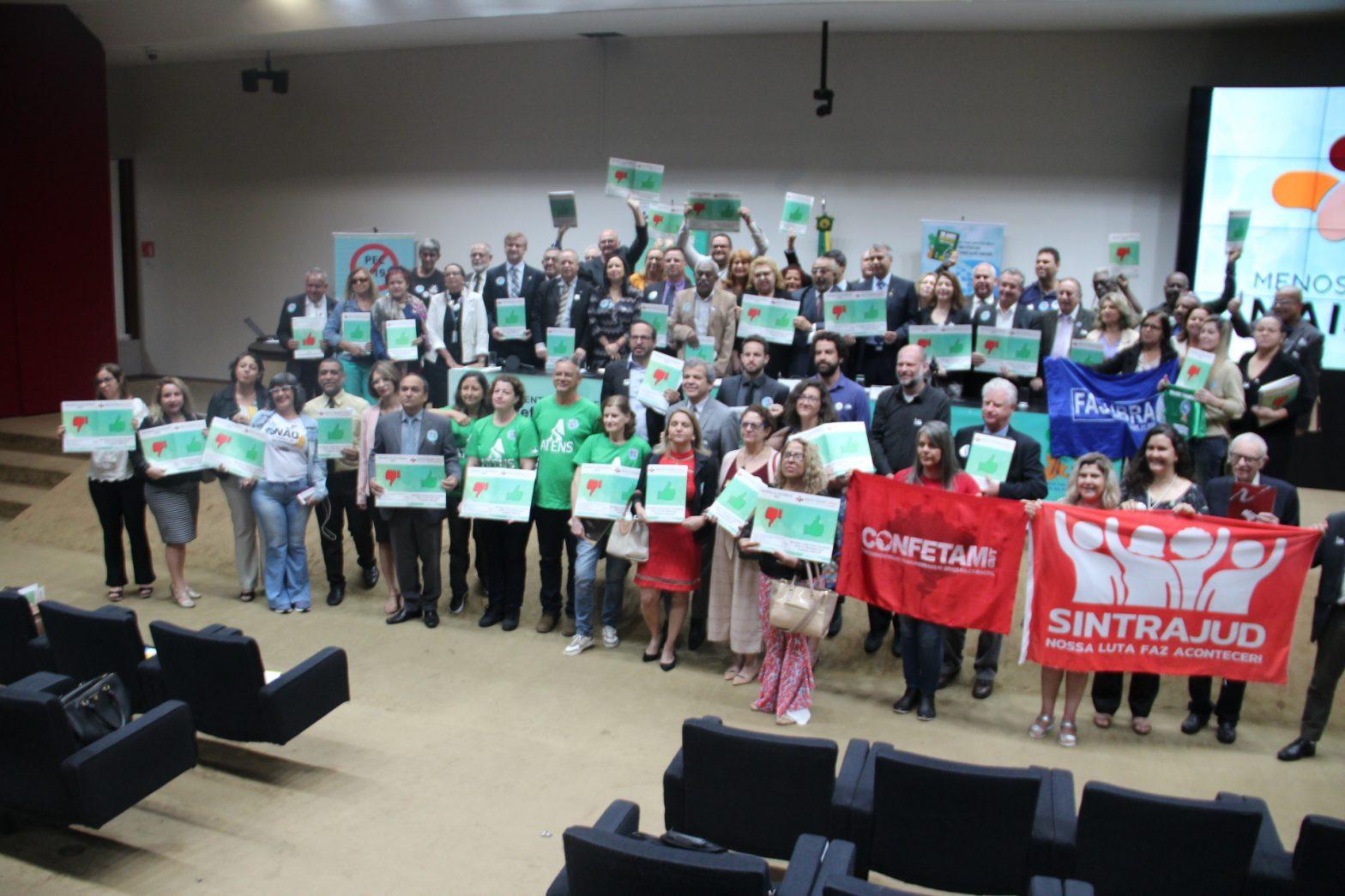 Pessoas de vários sindicatos reunidas num palco